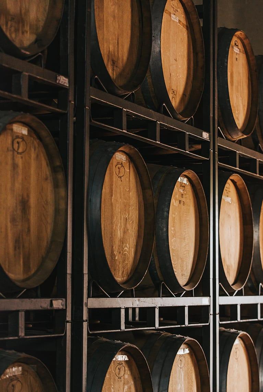 Barricas de vino donde reposa el vino de la Denominación de Origen Manchuela