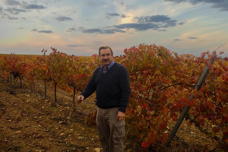 Dionisio es el responsable de viticultura